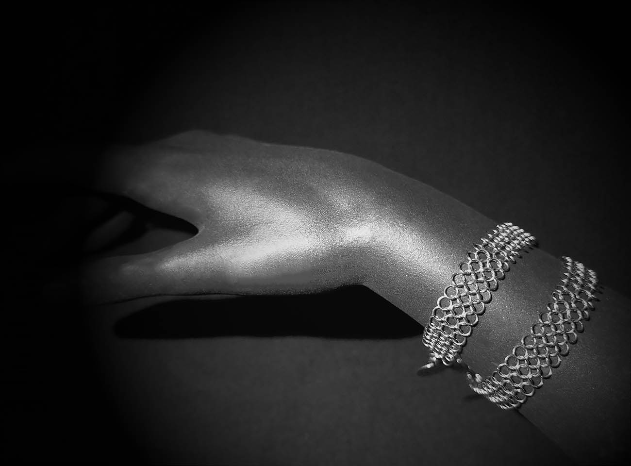 Bracelet double lines hand, by Saratheo